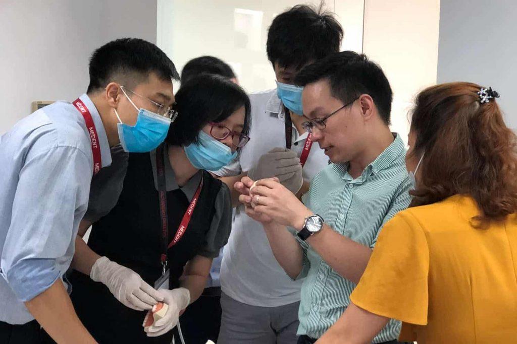 BS Trần Ngọc Hải hướng dẫn học viên